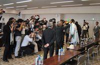多くの報道陣が集まった